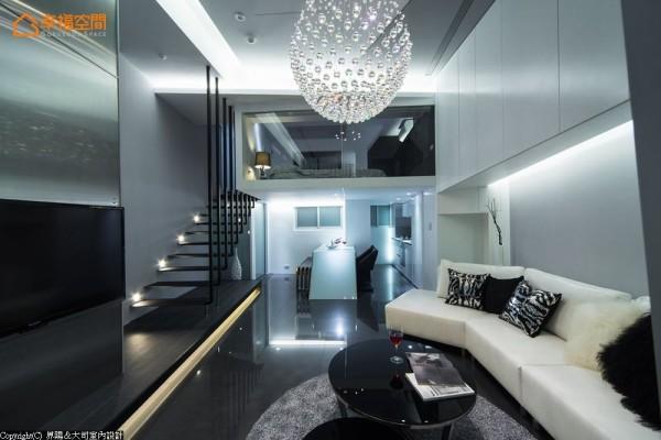 架构于沙发上方柜体结合光带去化压迫感,并延伸至后方转折接续立面设计,与预留茶水区形塑一体成形般的轻盈量体。