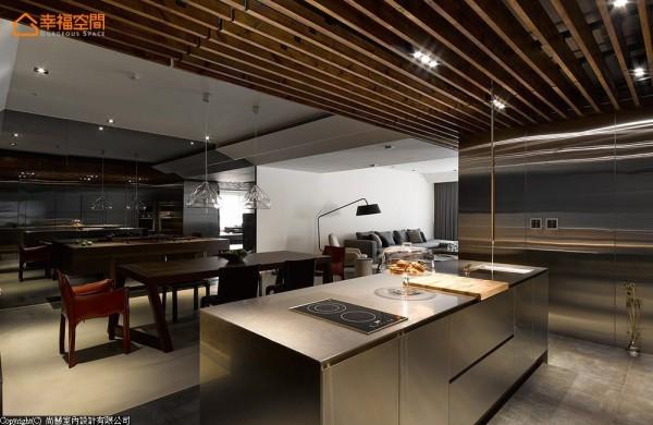 由不锈钢构成完整的吧台基座,搭配从上而下的水龙头造型,让空间更具巧思亮点。
