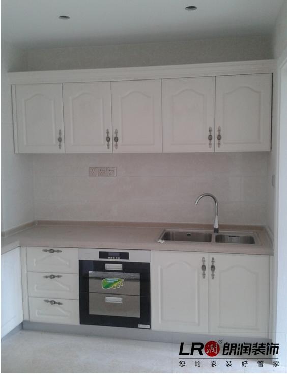 简单精致的欧式风格橱柜,门板是实木,台面是石英石。