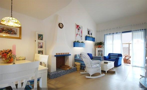沙发背景很独特,婚纱照,配上小花圃,使空间更加温馨。