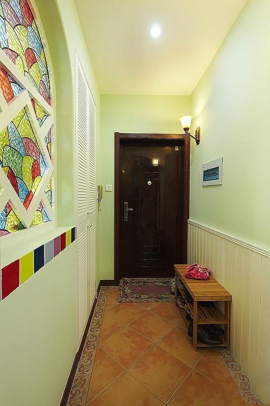 一般而言,进入了户门,就可以欣赏到家居空间中对外的公共部分,客厅、餐厅都是为了招待来宾和宴请朋友用的。