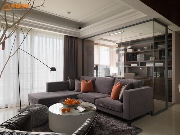 随兴躺卧的沙发形式转换入书房空间,改以卧榻为体现,衬入书柜量体层次堆栈空间底景。