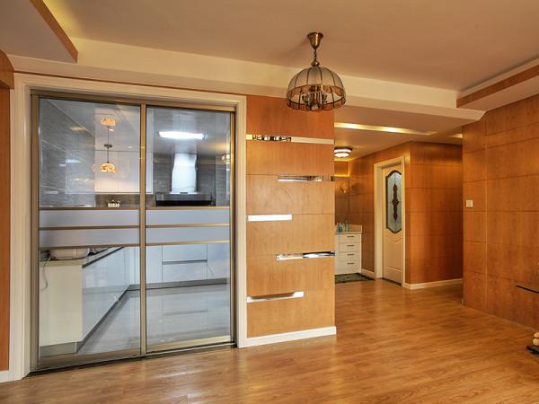 对比客厅的开阔性,另外的空间集合于居室的另一侧。卧室、卫浴、洗手台、书房,在此形成了一个功能集群。