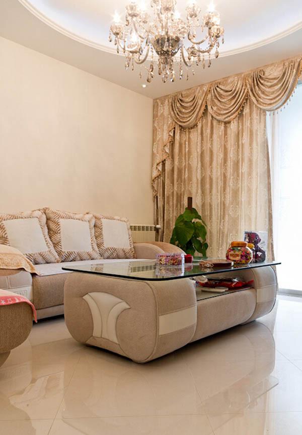 客厅主色调是温暖的暖黄色调,沙发也是设计师陪同客户一起选择的,简约时尚的美好家的氛围吧!