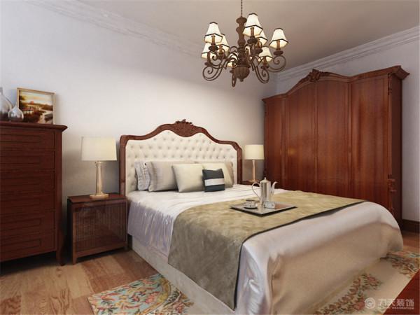 主卧的床边放上了美式风格中独有的五斗柜,在打通的阳台上放了塌,方便主人休息。在卧室电视背景的地方放有梳妆台,卧室的空间很大,足以放下这些东西后,还是很明亮。