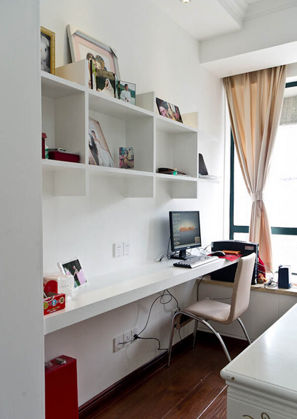 书房一角,简单格子的书柜处理,自然协调,静默的下午读书时光和偶尔加班的好地方。