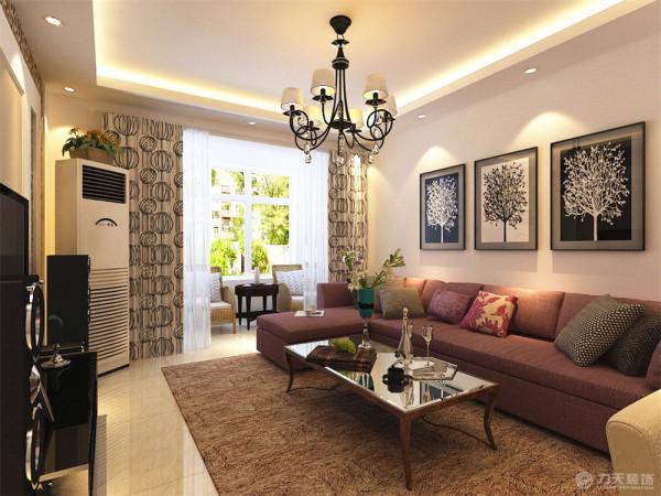 黑白呼应的沙发墙挂画,与黑色的电视柜相互呼应,浅咖色的电视墙与印花玻璃巧妙的搭配,与深咖的地毯相得益彰。加上黑白搭配的窗帘,素雅而不失大气。