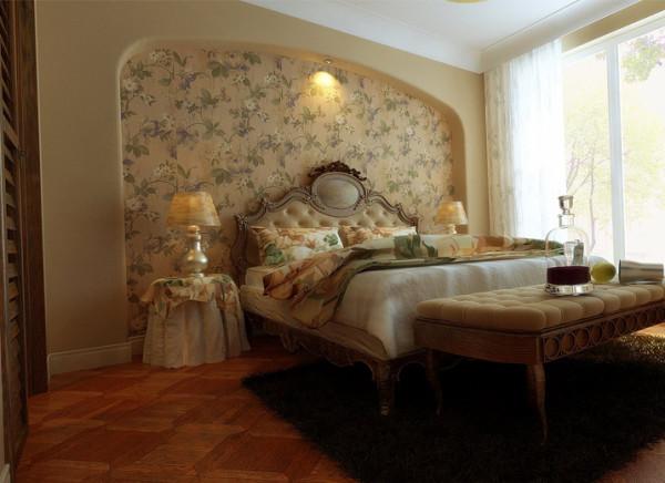 在室内,窗帘、桌巾、沙发套、灯罩等均以低彩度色调和棉织品为主。素雅的小细花条纹格子图案是主要风格。独特的锻打铁艺家具,也是地中海风格独特的美学产物。