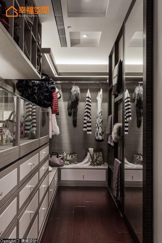 更衣室中以展示收纳饰品、配件为主,设计师以精品店概念奢华呈现。