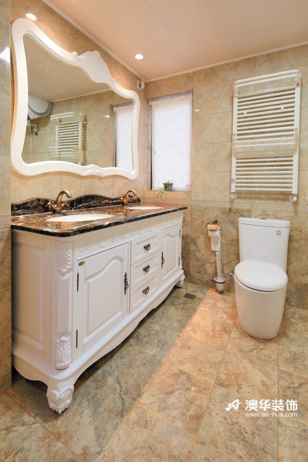 由于主卧室内的卫生间面积较小,所以设计师选择了浅色调瓷砖来营造宽敞的氛围。 看似简单的布置,却仍然可以从精致的梳妆镜和吊顶来看出设计的用心之处。