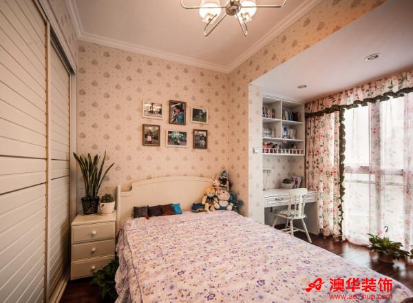甜美的次卧室是为女儿准备的儿童房,粉嫩的色彩,俏皮的墙纸,田园风的浪漫窗帘,以及房间内随处可见的毛绒玩具,都让次卧室变成了一个童话般的梦幻城堡。