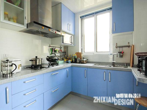 天蓝色的整体橱柜叠加灰色系的台面和白色的瓷砖、吊顶,与餐厅相较,厨房则完全是一副现代做派。充分利用一切可供开发的区域来扩大设计的存储空间和提升设计的整体感