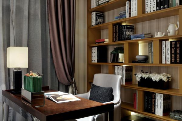 占满整个墙面的书架带来酣畅的阅读氛围,在家也可以徜徉在知识的海洋。