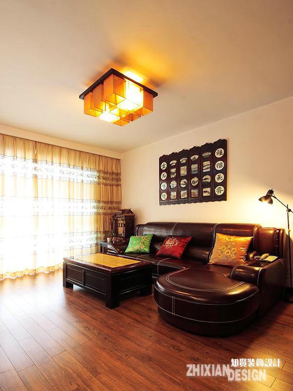 换个角度审视客厅的沙发区,更有视觉感。原本与重视格格不入的皮质家具,在一众重视元素的影映下,反而多了说不出的气质,进而有效的提升了空间的设计感。