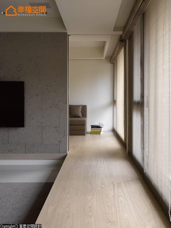 平整的木地板一路延伸入休闲区,电视墙内设有拉门,使之能完全独立运用。