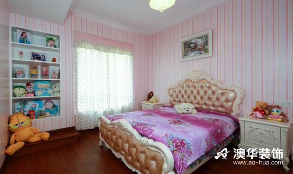 活泼可爱的儿童房以粉色系为主色调,简洁的粉嫩条纹墙纸,梦幻的欧式大床,满满的卡通毛绒玩具,为孩子营造出一个安徒生童话的王国,让天真无邪的童年变得更加唯美纯真。
