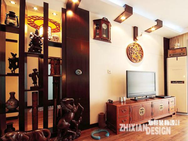 为了补足电视背景墙,设计师颇具创意性的拼接了墙面——仿多宝阁设计隔断,成为背景墙的有效延伸。与背景墙相接的吊顶设计也很是精妙——做工精美的墙饰如同悬挂着的奖牌,在小壁灯的映射下熠熠生辉