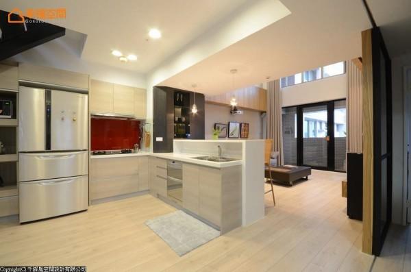 设计师位移楼梯位置让出明亮开放的厨房。