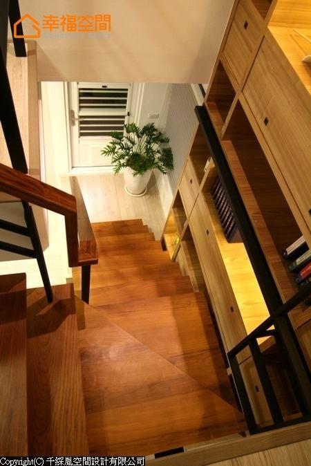 在柜顶LED灯映照中,投射出一方造型感梯间阅读区。