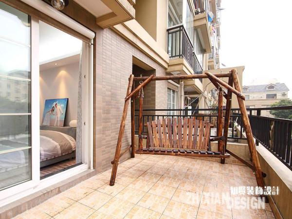卧室外的露台,设计师将其从杂物推挤的窘境中解放出来,并添置了一个秋千吊椅,原木的材质,裸漆处理下透出了淳朴的味道