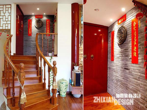 """一楼和二楼为错层设计,沿着实木色的楼道向前,经过极富东方传统家居样式的青色砖墙和朱红色的""""院""""门。一个截然不同的映象空间正在向我们招手。"""