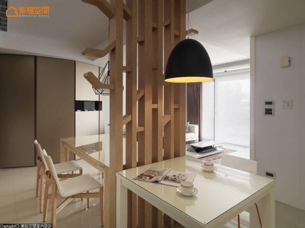 细节中,外突于结构体上的树状分枝设计,规划前不仅贴心计算入居住者身高,并刻意转折、修以圆弧导角,避免碰撞疑虑同时大幅提高居家安全性。