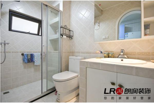 卫生间没有用绚烂的墙砖,而采用了浅色调的组合,斜贴的方式也有其独特的美!