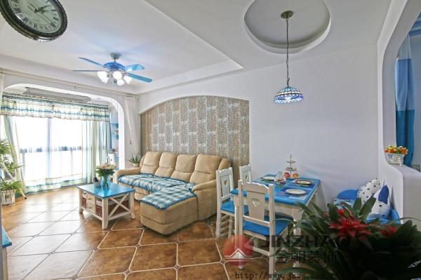 客厅 客厅采用了小圆形的吊顶造型,垂吊下来的蓝色顶灯和蓝色的电扇灯跟客厅的 色调浑然一体。黄色的暖色调地砖和拱门型素色的沙发墙在客厅整个清爽的蓝 色上添加了不少典雅感。
