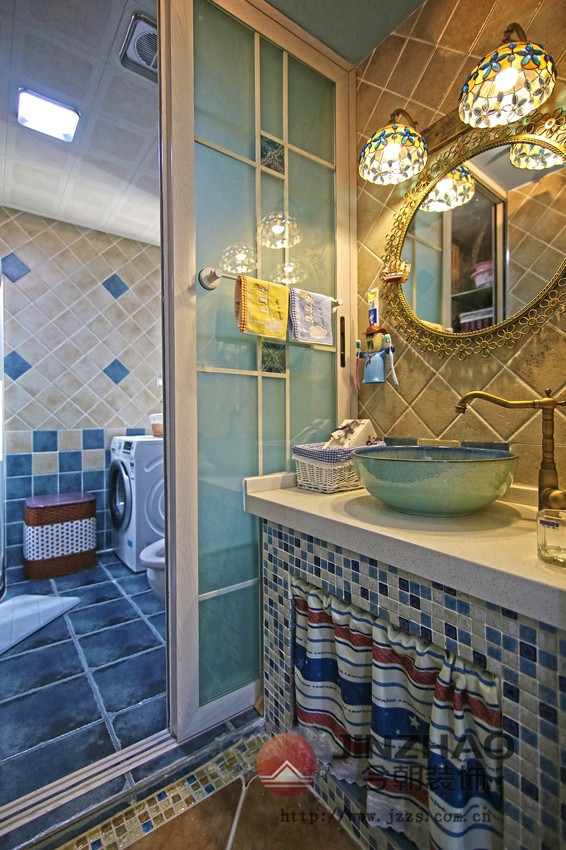 地中海蓝色的色调本来就很适合卫生间。彩绚烂的马赛克用来装饰干区 的浴室柜体,让空间拥有更加灵动多姿的气息。加上优雅的仿古地砖,让这个充满阳光的地中海更加纯朴温馨。