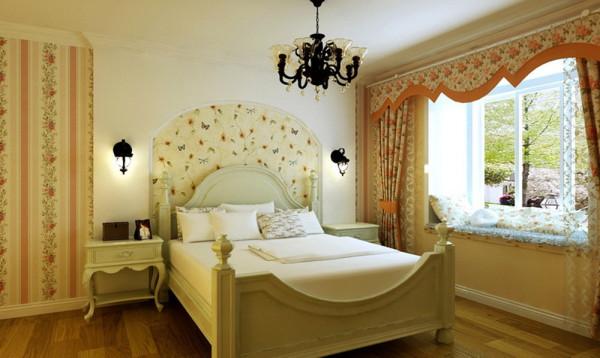 此案为田园风格,整个空间都采用暖色调,电视墙选用白色文化砖简洁中突显立体感,烛台作为装饰品点缀在木隔板上,使冷冷的石材更有了灵动感。