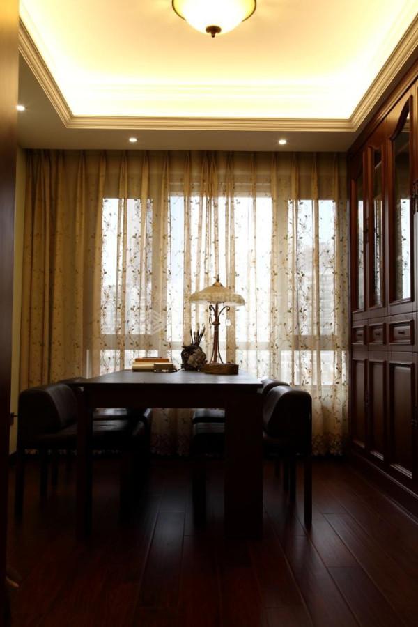 书房部分的设计主要在于书柜的装饰及实用性,书柜下半部分主要用于增加储藏功能,上半部分用于展示书籍及饰品,墙面以浅色硅藻泥饰面,让整个氛围庄重中带些活跃,营造出一个别样的美式书房。