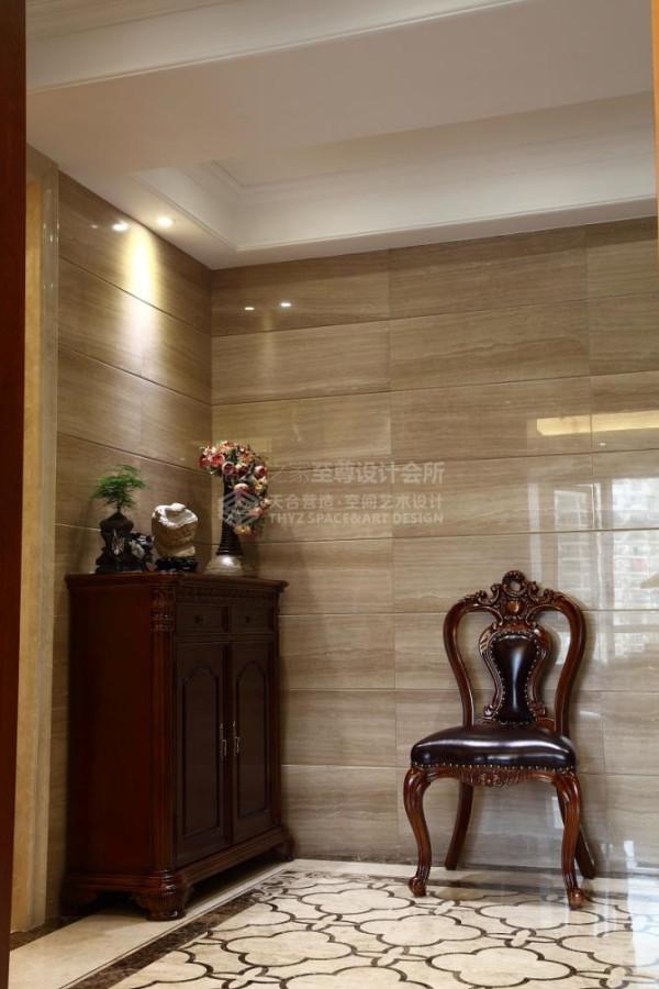 门厅部分采用对比及对称的手法作为设计主线,考虑门厅的采光问题,采用浅色抛光石材(米洛西)辅以点光源增加光感,鞋柜采用对称隔断式设计,装饰实用两不误。