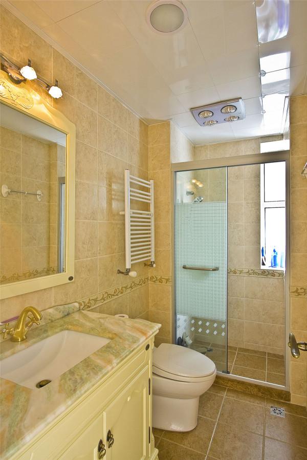 卫生间比较狭长,米色的地面砖与墙面砖显得温暖而干净,象牙白的洗手台搭配纯金色的水龙头让卫生间平添一份奢华。