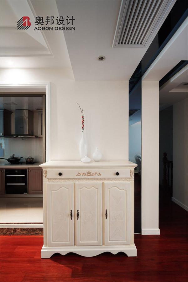 欧式风格的底色大多采用白色、淡色为主,墙面贴的是乳白色花纹壁纸,墙面则是纯白;床头有优雅弧线设计,简洁大方;超赞的是卧室一角的粉可爱宠物小屋;