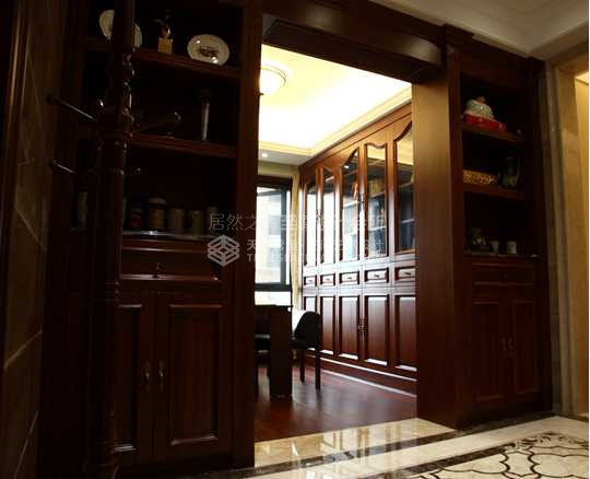 深色自然的木头纹理跟浅色硬郎的石材形成了色彩和材质对比,又直接区分开门厅和书房的功能性,加上简单的垭口设计和吊顶的组合线条营造出一个大气华丽的门厅。