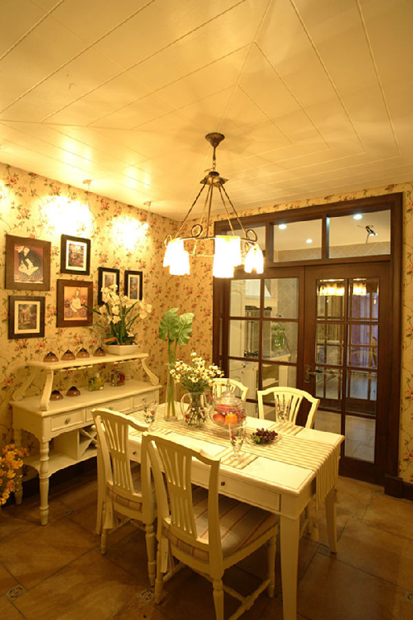 复古和典雅让这种嫩绿风格的感觉清新而舒适,淡 淡的嫩绿色家居风格点缀成如同初春一般的美图。朦胧的嫩绿色装饰墙将田园风格装修进 行到底,搭配上素白的家居清新之感油然而生,如诗如图。