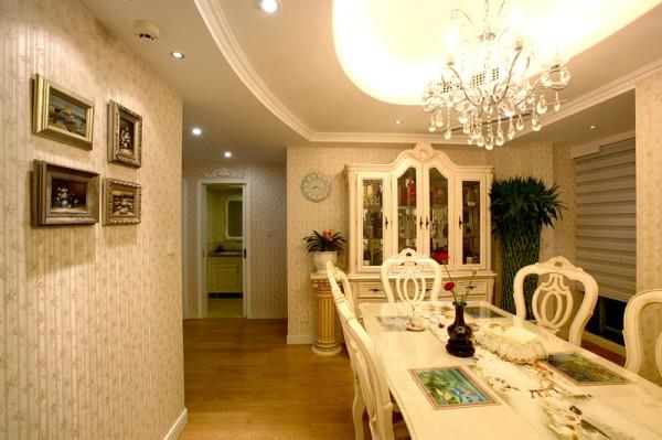 餐厅空间内餐厅柜的造型,餐桌,以及装饰品,皆依循对称的设计调整汇延伸发展,成功地赋予了温馨的就餐区域。