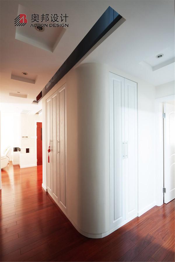 转角的半圆弧度设计更好地体现了设计的人文关怀,避免了家中孩子在跑动中可能造成的棱角刮伤。收纳空间的合理应用为家中不常用到的物品提供了很好的储纳空间。