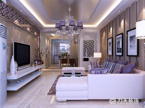电视背景墙为两层石膏线圈边,搭配马赛克和深色的花纹壁纸,美观、大气,沙发背景墙为竖条软包和灰色镜面结合的造型为主,排列有致,搭配简单的现代挂画,显得稳重、大气;