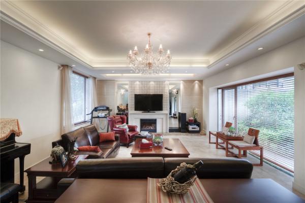 传统古典的材质和家居,加上现代的线条技艺,打造着一个全新的空间。精致的欧式家具和光洁的硬木地板或抛光砖的结合,适当点缀清逸的织品图案,和田园色彩,让整个生活氛围充满温馨,人情味。