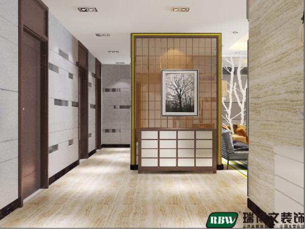 门厅空间足够,可放置整体鞋柜。门厅与餐厅墙面一致是地砖上墙:两个走廊。入户玄关处茶镜与镀金石膏条相结合做成形象墙,空间足够的话还可放置一个五斗柜,增加储物空间