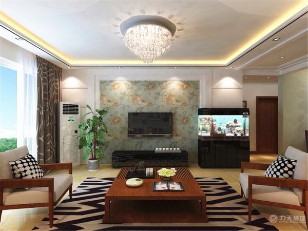 整个布局比较中规中矩,客厅放置三加二的沙发,沙发背景墙设计为不规则的照片墙,电视背景墙设计为石膏板和壁纸的简单的造型,应业主要求右面放置鱼缸,