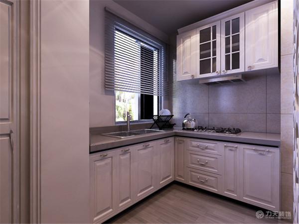 开放式厨房显得空间更宽敞,白色隔断有美观和隔绝油烟的功效,白色的家具完全体现出欧式风格的特点,高贵大气。家具需要完美的软装配合,才能显示出美感。