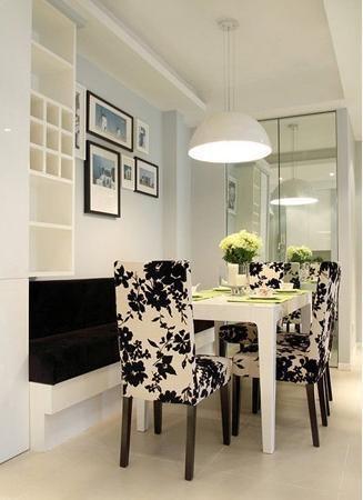 简约风格的一字型卡座,整个餐厅已黑白两色为主调,搭配绿色的餐桌装饰品,清新简洁。卡座上面的小格子也可以储物