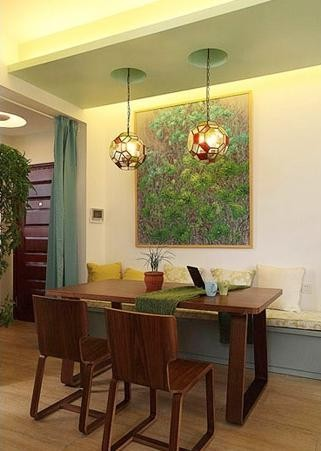 文艺范十足的小清新餐厅,沿用整个装修主色调绿色,浅绿色的卡座,绿色的手绘装饰画,很美妙的色彩搭配。