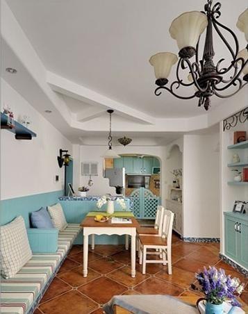 客餐厅融为一体的设计,省下了沙发和餐椅的费用。看起来也美观,就是舒适度不知道如 何。所以像是客厅这那么大面积的卡座设计最好还是要慎重考虑。或是加一个高高的卡座 的坐垫(一般坐垫高420mm)