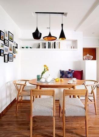 吊顶和墙面都做了非常简洁的设计,照片墙,白色卡座上方的书柜,原木餐桌椅和宜家吊灯,简约中带着时尚和舒适。