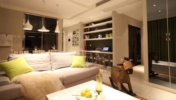 客厅干净简洁的白色布艺沙发坐上去超级舒服。公共空间大面积白色调设计也很时尚哦。客厅宽敞的空间实创装饰设计师为超级网虫夫妇设计出一片上网天地。