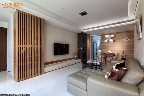 在格局微调配置后,每个家庭成员都有专属的私人空间,且依旧保有公领域开阔敞亮。另外也在收纳设计整合在两侧墙面后,保留天花挑高敞度。