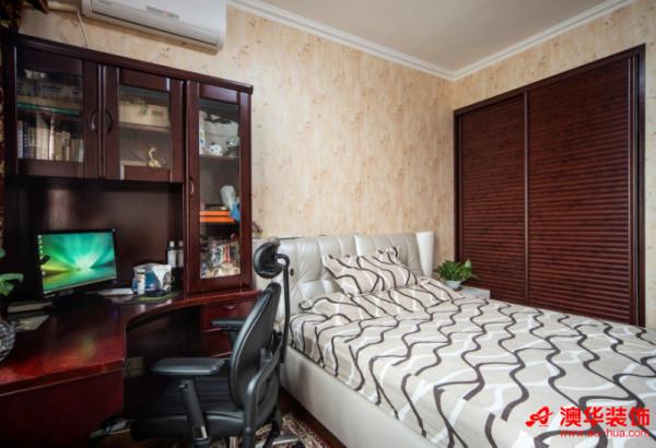 次卧室布局合理,将书桌纳入空间,提升了卧室的实用性。柔和清爽的壁纸缓冲了深色家具的沉重感,简约不简单,让卧室设计成为一个经典典范。